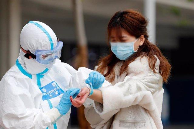Un paciente recuperado es dado de alta del hospital temporal de Wuhan, provincia de Hubei. 26 de febrero de 2020.