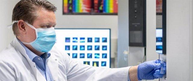El grupo de investigación dirigido por el Dr. Bastian Hchst (foto) y el Prof. Percy Knolle ha descubierto un novedoso mecanismo de supresión que inhibe las respuestas inmunológicas específicas del cáncer.