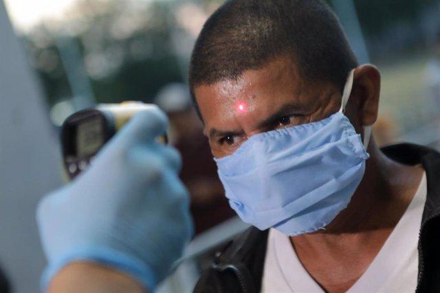 Control de temperatura entre los asistentes a un combatr de boxeo en Managua (Nicaragua)