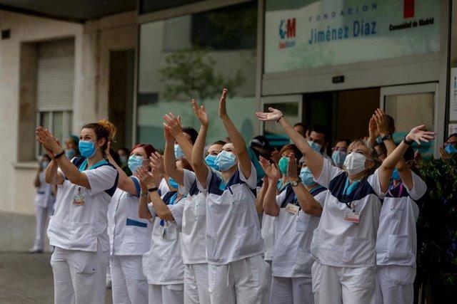 Personal sanitario aplaude y saluda en las inmediaciones de la Fundación Jiménez Díaz como muestra de agradecimiento a todo el personal sanitario que trabaja a destajo en la crisis del coronavirus.