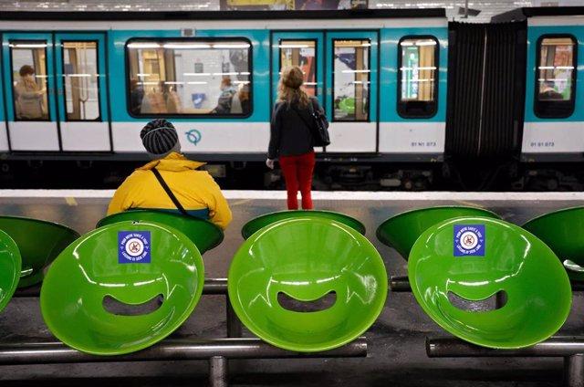 El metro de París con indicaciones para mantener el distanciamiento social ante la pandemia.