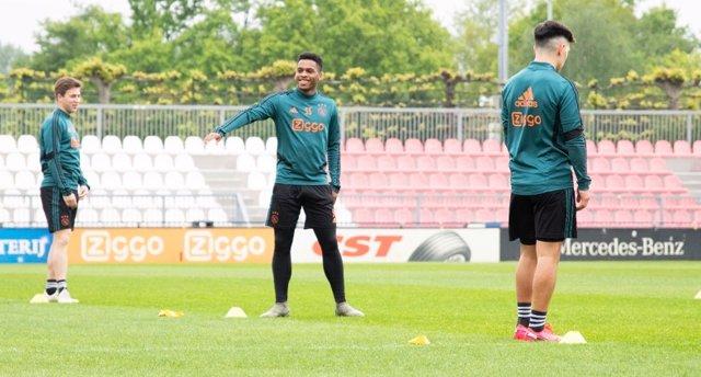 Fútbol.- El Ajax reanuda los entrenamientos en tríos pese a la suspensión de la