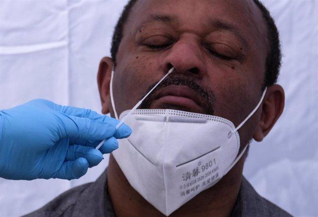 Un sanitario realiza una prueba diagnóstica del coronavirus a un hombre en Los Ángeles, en Estados Unidos.