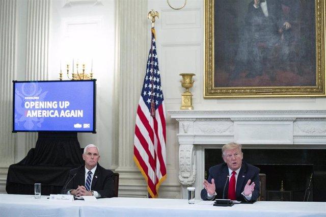 El presidente de Estados Unidos, Donald Trump, junto al vicepresidente, Mike Pence, en una mesa redonda celebrada con líderes empresariales.