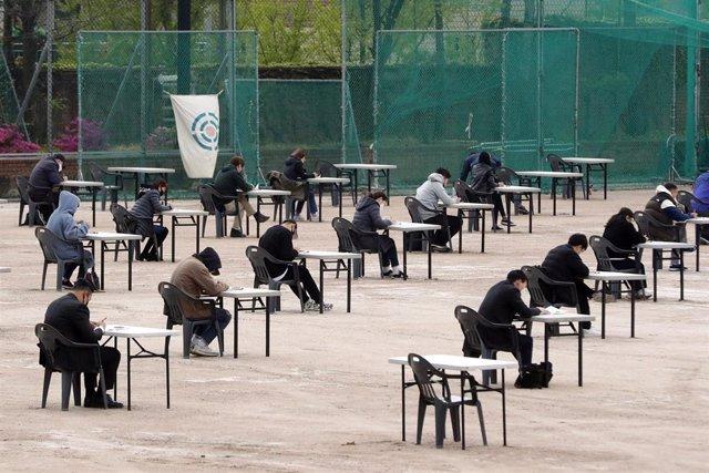Aspirantes a una licencia de venta de seguros realizan el examen en las instalaciones deportivas del campus de la Universidad de Myeonggi, en Seúl, Corea del Sur.