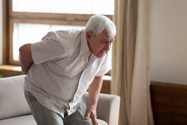 Hombre con joroba, dolor de espalda