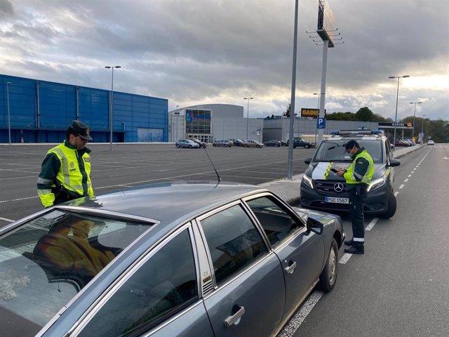 Interceptado un conductor en Lalín con el carné retirado y que duplicó la tasa de alcohol cuando iba al supermercado.
