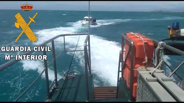 La Guardia Civil auxilia un barco de recreo a la deriva