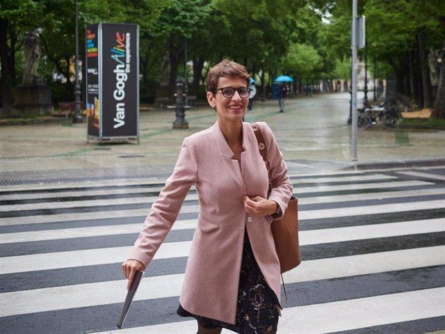 La presidenta del Ejecutivo foral, María Chivite, a su llegada a un pleno del Parlamento de Navarra durante la crisis del coronavirus.
