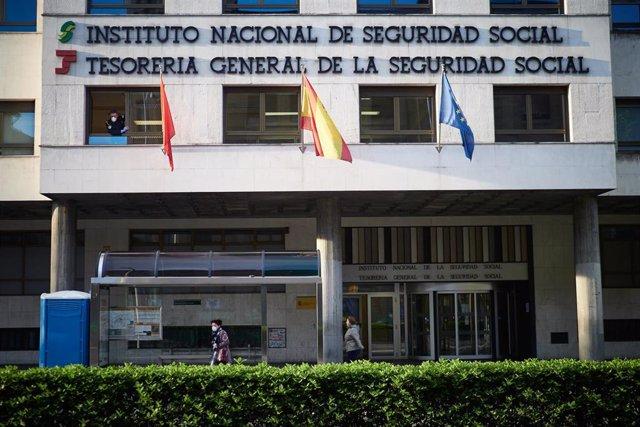 Fachada del Instituto Nacional de la Seguridad Social un día después de que el Gobierno anunciara las medidas de desescalada por la pandemia del coronavirus, en Pamplona (Navarra) a 29 de abril de 2020.