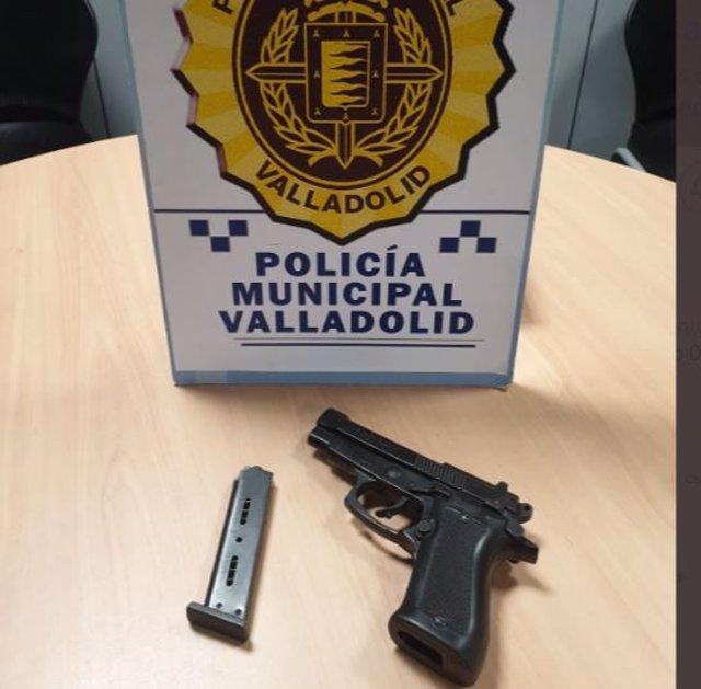 Pistola detonadora intervenida a un varón.