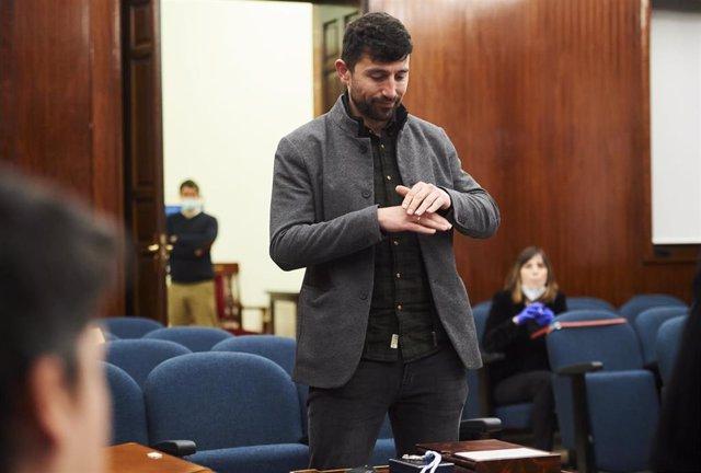 El socialista Alberto Torres en su toma de posesión como concejal de Santander, convirtiéndose así en el primer cargo público sordo de España usuario de lengua de signos.