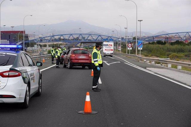 Efectivos de la Guardia Civil de tráfico realizan un control aleatorio en la carrertera A-7 dirección Málaga capital para controlar las entradas y salidas de vehículos de cara a la operación salida de Semana Santa. Málaga a 8 de abril del 2020