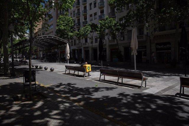 Un trabajador de Glovo sentado en un banco durante el día 45 del estado de alarma decretado por el Gobierno por la pandemia del Covid-19, en Barcelona/Catalunya (España) a 28 de abril de 2020.
