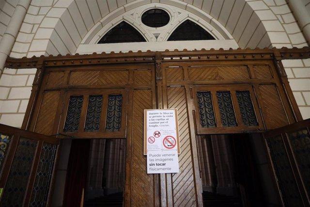 Interior de la Parroquia de Santa Cruz que tiene las puertas abiertas pero la celebración de las misas están suspendidas para evitar las aglomeraciones y controlar así la expansión del Covid-19. En Madrid, (España), a 28 de abril de 2020.