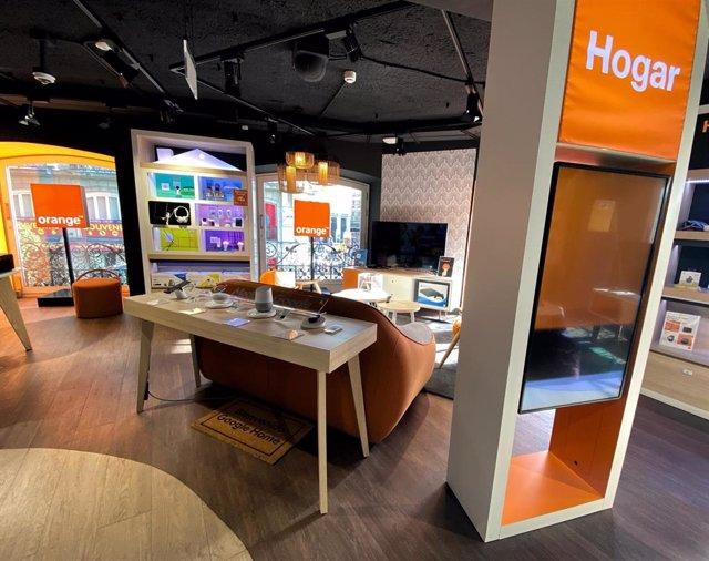 Interior de una tienda de la compañía telefónica Orange.