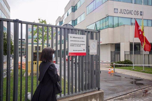 Una abogada vestida con toga y mascarilla entra a los Juzgados de lo Penal, Juzgados de Violencia sobre la mujer en Madrid
