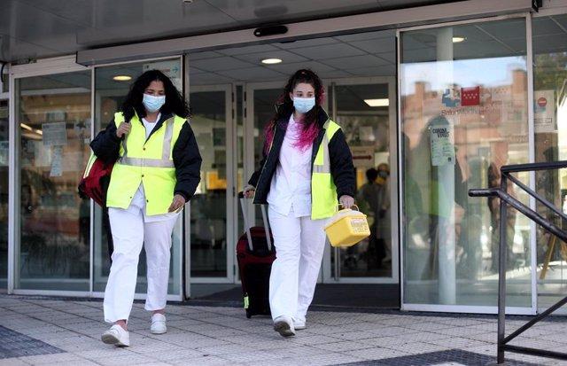 La técnico sanitario, Desiré León, y la enfermera, Vanessa Bonivento, salen del Centro de Salud Cerro del Aire en Majadahonda (Madrid) para realizar estudios de seroprevalencia en domicilios.