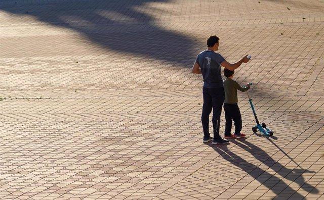 Padre con hijo en la Plaza de España