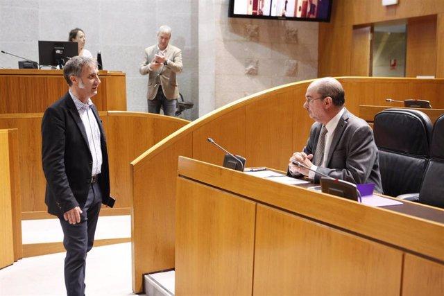 El presidente del Gobierno de Aragón, Javier Lambán, con el diputado de Cs, Ramiro Domínguez.