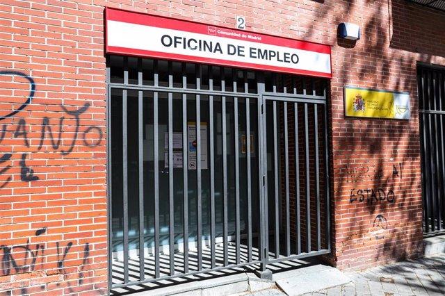 Rejas en las puertas de una Oficina de Empleo