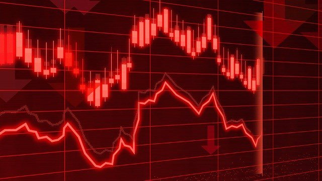 Mercado financiero en pérdidas mostrados en un panel bursátil en rojo