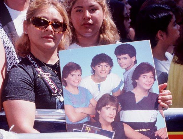 Fans de Ricky Martin con una foto de Menudo, el grupo en el dio sus primeros pasos