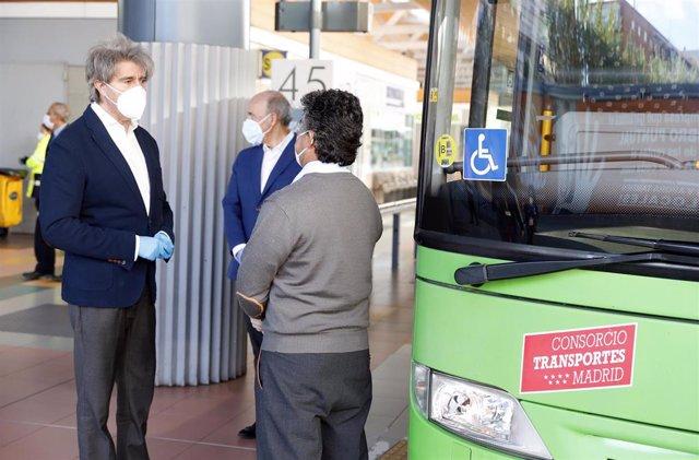 El consejero de Transportes, Movilidad e Infraestructuras, Ángel Garrido, habla con un conductor de autobús durante la jornada de hoy donde ha acudido personalmente para agradecer el trabajo del personal del sector durante la crisis sanitaria.