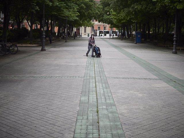 Una mujer lleva un carrito de la compra en el Paseo de Sarasate en el día 47 del estado de alarma, en Pamplona / Navarra (España), a 30 de abril de 2020.
