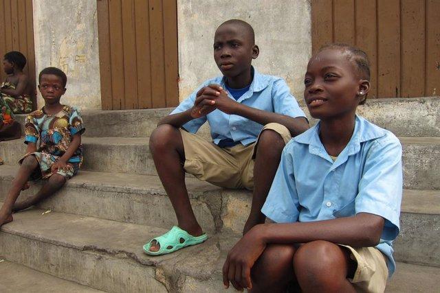Niños de una escuela de los salesianos en el mercado de Dantokpa, Benín, África
