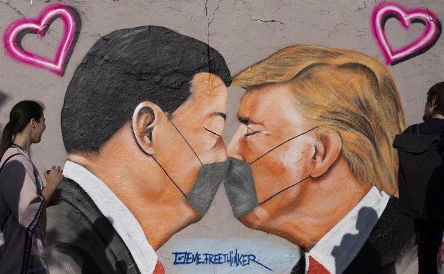 Mural con Xi Jinping y Donald Trump en Berlín