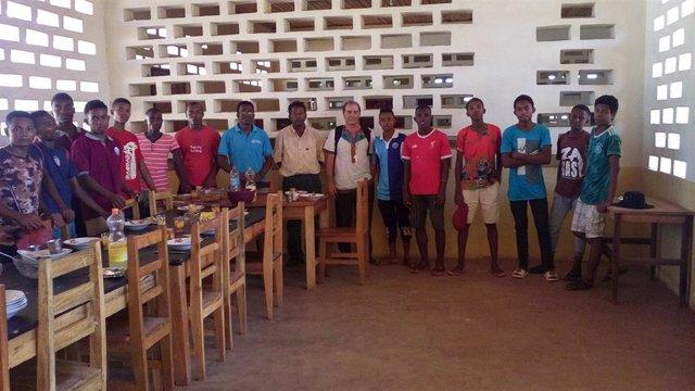 Seminaristas de la diócesis de Maintirano, en Madagascar, junto al obispo de la diócesis, el español Gustavo Bombín.