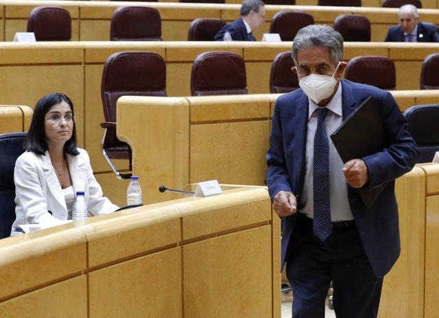 El presidente de Cantabria, Miguel Ángel Revilla, y la ministra de Política Territorial, Carolina Darías, en la Comisión en la Comisión General de Comunidades Autónomas celebrada en el Senado