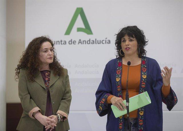 La presidenta del grupo parlamentario Adelante Andalucía, Teresa Rodríguez (d), junto a la portavoz del grupo, Inmaculada Nieto (i), en una foto de archivo.