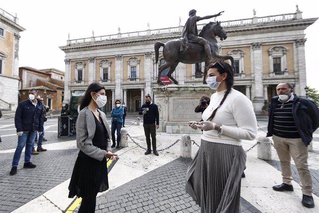 Manifestantes reclamen la reanudación de la actividad económica frente al Ayuntamiento de Roma