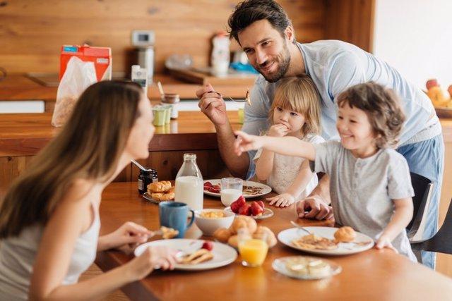 Familia desayunando, desayunar, desayuno.