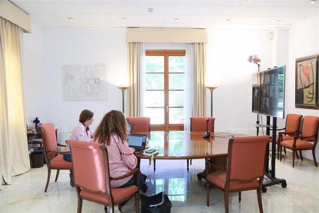 La presidenta del Govern, Francina Armengol, y la consellera de Presidencia, Pilar Costa, durante una reunión telemática con el presidente del Consell de Ibiza, Vicent Marí.
