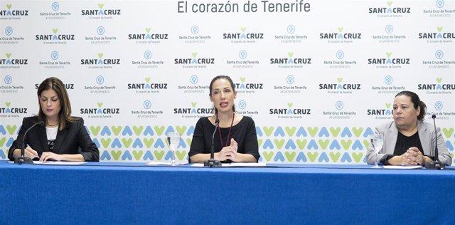 La consejera de la Sociedad de Desarrollo, Matilde Zambudio, la alcaldesa de Santa Cruz de Tenerife, Patricia Hernández y la concejal de Empleo, Ana Delia Darias, en la presentación del plan de formación