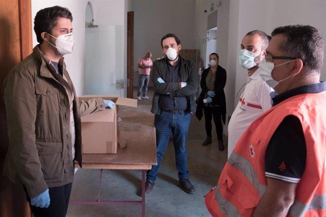 El alcalde de La Laguna (i), Luis Yeray Gutiérrez, en una visita al local de almacenamiento del polvorín de Taco