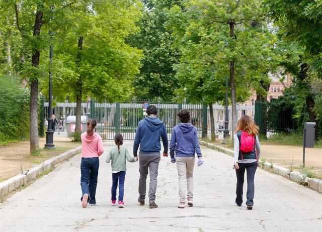 Padres paseando por el Parque de Maria Luisa en el primer día donde los niños han podido salir acompañado de un adulto. Sevilla a 26 de abril del 2020