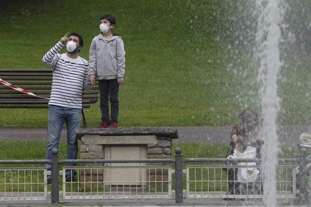 Un niño junto a un adulto en el primer día en el que los menores de 14 años pueden salir a la calle, en Bilbao (País Vasco/España) a 26 de abril de 2020.