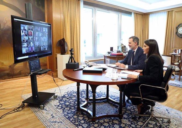 Los Reyes presiden un Pleno virtual de la RAE centrado en el debate de palabras