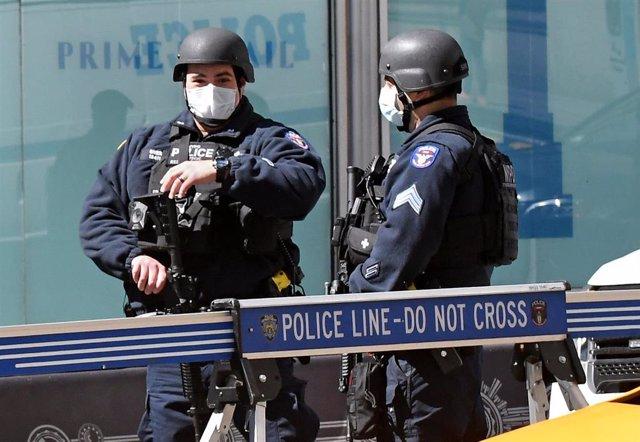 Dos agentes de la Policía de Nueva York frente al Empire State