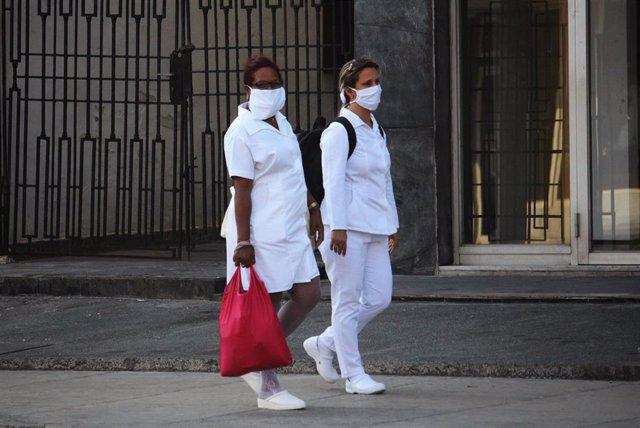 Dos enfermeras en La Habana, Cuba.