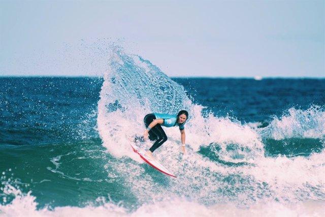 La surfista Leti Canales en el Sidney Surf Pro, en Australia