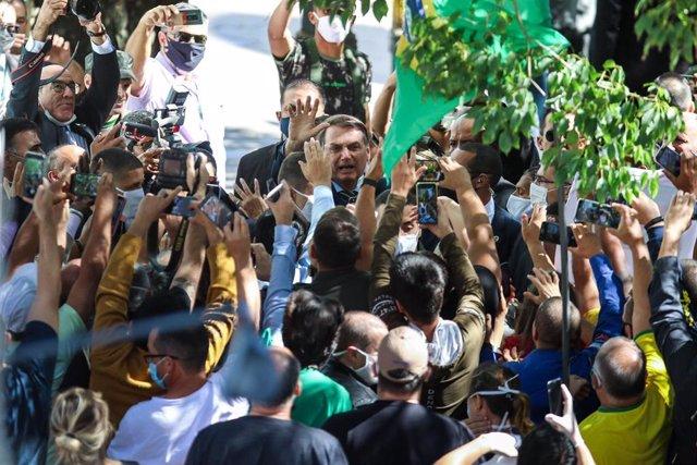 Jair Bolsonaro junto a un grupo de seguidores