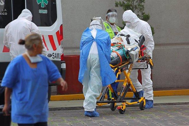 Personal sanitario con trajes de protección en Ciudad de México