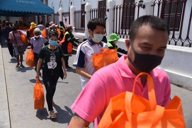 Personas con mascarillas en Bangkok