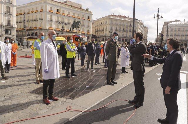 El líder del PP Pablo Casado y el alcalde de Madrid José Luis Martínez-Almeida  hoy sábado en la madrileña Puerta del Sol