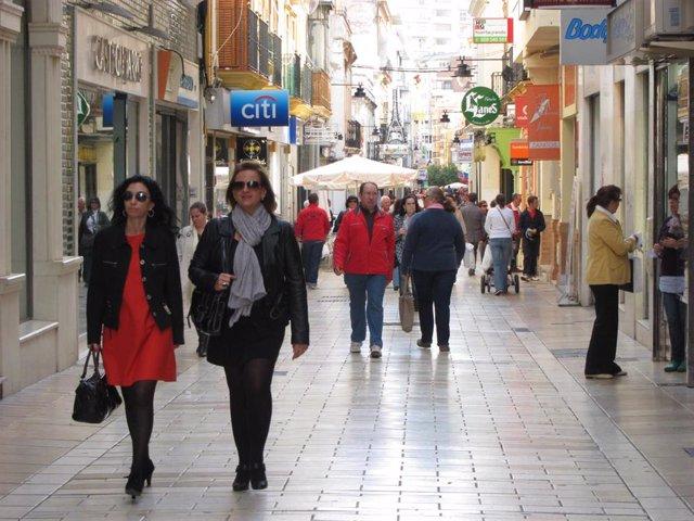Imagen de archivo de una calle comercial De Huelva.